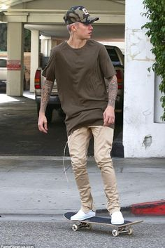 Justin Bieber & Hailey Baldwin Are 'Just Friends,' Says Her Dad Stephen Baldwin!: Photo Justin Bieber leaves Il Pastaio restaurant after grabbing a bite to eat on Sunday (January in Beverly Hills, Calif. Justin Bieber Outfits, Justin Bieber Fotos, Justin Bieber Style, Justin Bieber Pictures, Justin Bieber Fashion, Khaki Pants Outfit, Moda Blog, Mode Streetwear, Man Style