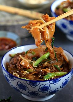 my bare cupboard: Beef ho fun / gon chow ngau ho / Beef w thick rice noodles Meat Recipes, Indian Food Recipes, Asian Recipes, Cooking Recipes, Ethnic Recipes, Noodle Recipes, Chinese Recipes, Fun Noodles, Asian Noodles
