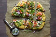 Savulohipizza nautitaan kylmänä. Se maistuu brunssilla tai vaikka vapun piknikillä.