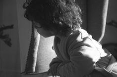 Me encanta hacer fotografías de Pablo despistado. Aquí está sentado frente a la ventana mirando hacia atrás, no sé muy bien a qué.  Nikon D70s f4.5 1/2500 ISO1600