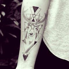 Matheus Dias cria tattoos descoladas, com traços mais soltos, mas sempre com muitos detalhes. E é exatamente essa a graça que as deixa únicas e originais.