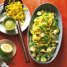 Vergessen Sie Sahnesoße - hier kommt unser Schmand: Der Mix aus Sojadrink, Avocado, Cashewkernen, Sesamcreme und Zitronensaft ist ein Knaller! Zum Rezept: Mais-Fettuccine mit Blumenkohl und Avocado-Schmand