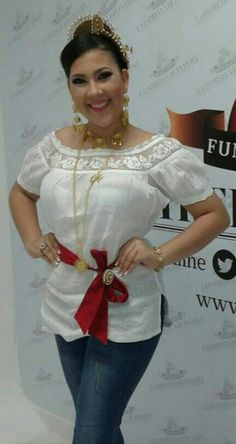 Valeria Alejandra con una camisola Corsage, Girl Fashion, Womens Fashion, Fashion Design, Mexican Embroidery, Mexican Dresses, Blouse Dress, White Shirts, Embroidered Blouse