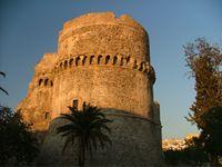 Il Castello Aragonese La storia del castello ha seguito, di pari passo, quella di Reggio almeno dal VI sec. d.C. in poi. In età greca e, successivamente, in età romana l'area collinare, dove oggi insiste quel che rimane del possente castello, dovette avere un ruolo di fondamentale importanza nel sistema di protezione della città.