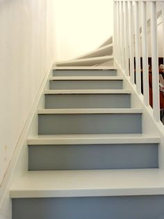 Escalier repeint avec trois tons de gris r alisation for Couloir peinture bicolore