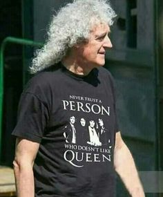 Not only is the shirt awesome, but its more awesome that Brian May is wearing it :) Queen Brian May, I Am A Queen, Save The Queen, John Deacon, Queen Band Shirt, Rainha Do Rock, Queen Meme, Roger Taylor, Queen Photos
