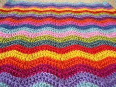 Een leuk, en redelijk simpel patroon om te haken voor jezelf of als cadeau. De Ripple deken ziet er altijd mooi uit, bekijk 't op Breiclub