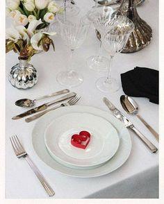 Olha que dica bonitinha para um jantar de noivado ou mini-wedding! Decore os pratos com corações feitos de fitinha de papel. Super baratinho e fica um mimo lindo. Adoramos. #ceub #noivado #wedding #casamento #casaréumbarato