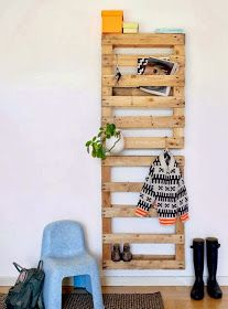 Recycling and up cycling are great ways to help the environment. mommo design: 8 RECYCLING IDEAS - Pallets as clothes/shoes rack Pallet Crafts, Diy Pallet Projects, Diy Projects To Try, Home Projects, Diy Crafts, Palette Deco, Crate Bookshelf, Ideas Prácticas, Fotos Ideas