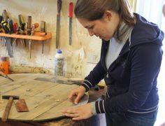 Giorgia inizia il lavoro di consolidamento della parte di una botte di vino di inizio '900 che diventerà un tavolo da salotto #restauro