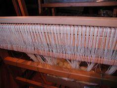 "Wolle Natur Farben : ""Rezept"" für kleine gewebte Wolldecken Plaids Teil 2 Wool Quilts, Woven Chair, Loom, Natural Colors, Cardboard Paper, Weaving, Wool, Chain"
