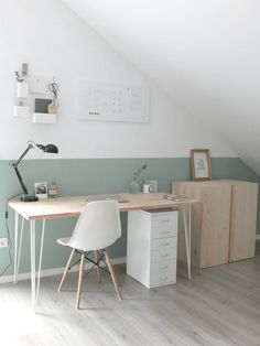 Nice, bright home office with sloping roof.- Schönes, helles Home Office mit Dachschräge. Nice, bright home office with sloping roof. Home Office Design, Home Office Decor, Home Design, Diy Home Decor, Office Desk, Office Designs, Office Style, Office Furniture, Furniture Ideas