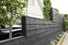 Zwart geverfd zweeds rabat toegepast als erfafscheiding in diverse hoogtes, uitgevoerd door fa. R.A. Vollebregt - Piershil