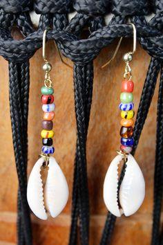 Pendientes de concha cowrie multicolor
