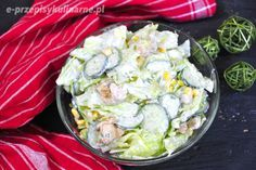 Pyszna i prosta sałatka z kurczakiem, sałatą i ogórkiem w sosie czosnkowym. Idealna na wiosenny lunch czy kolację. Nie wymaga wielu składników, a jest naprawdę bardzo pyszna. Można podać z grzankami albo świeżą bagietką. Składniki sałatkę z kurczakiem: główka sałaty lodowej puszka kukurydzy pierś z kurczaka 4 ogórki gruntowe pęczek koperku 2 łyżki majonezu 4...