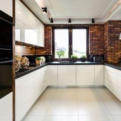 Kolorystykę i materiały zabudowy kuchennej należy dobierać w przemyślany sposób. Białe meble zawsze będą wyglądały świeżo i elegancko, a w połączeniu z kontrastującym czarnym blatem nabiorą charakteru i wyrazu.