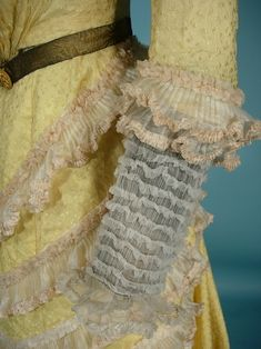 c. 1900 Victorian Yellow Silk Jacquard 2-piece Trained Gown - sleeve detail