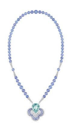 LV - Blossom - Beryl & Chalcedony - Collier composé d'éléments en or blanc sertis de diamants, calcédoine bleue et centre béryl vert de 43,05 cts. Blue calcedony necklaces with white gold elements set with diamonds and an impressive 43,05 cts blue beryl. Photo : Louis Vuitton