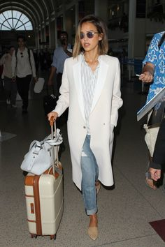 44 Times Jessica Alba& Outfit Was No Match For a Long Plane Ride Photo of 44 Times Jessica Alba's Outfit Was No Match For a Long Plane Ride Jessica Alba Outfit, Jessica Alba Style, Jessica Alba Fashion, Jessica Alba Casual, Cute Fashion, Fashion Moda, Star Fashion, Look Fashion, Petite Fashion