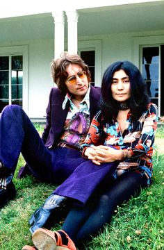 John Lennon and Yoko Ono. I love the expression on his face as he looks at her. Regardless of what anyone else thought of Yoko Ono, she was the sunlight in his life. Jhon Lennon, John Lennon Yoko Ono, Les Beatles, John Lennon Beatles, John Lennon Birthday, Plastic Ono Band, The Fab Four, Wife And Girlfriend, Ringo Starr