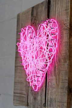 How To Make A String Art Neon Heart Sign - Pillar Box Blue Take string art to the next level with this neon heart sign using El wire. It is very cheap and easy to make and not just for Valentine's day! Neon Light Art, Light Wall Art, Neon Heart Light, Neon Light Signs, String Art Quotes, String Art Names, String Art Letters, String Art Heart, Diy Neon Sign