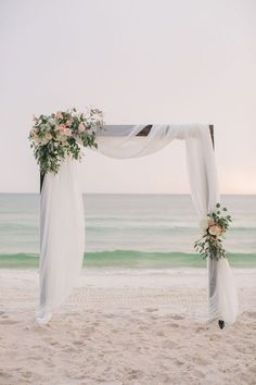 Simple beach wedding decor inspiration | Florida wedding | Flowers | Photography: Pure7 Studios #beachwedding #weddingdecoration
