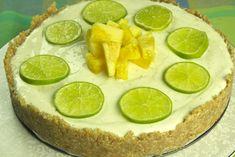 Ένα δροσερό, ελαφρύ, καλοκαιρινό τσιζκέικ ψυγείου με αρώματα και οξύτητες ώστε να ταιριάζει ιδανικά μετά από ψαροφαγία ή φαγητά με σάλτσες Raw Desserts, Deserts, Lime, Fruit, Food, Recipes, Limes, Essen, Postres