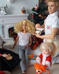 #barbiediorama #dollcollector #dollbeauty #bestbarbiephotos #dollphotogallery Barbie Kids, Barbie Family, Barbie Skipper, Barbie And Ken, Christmas Barbie, Christmas Fashion, Make A Family, Happy Family, Christmas Scenes