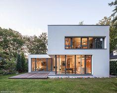 Bauhaus near Blankenese: modern houses from HGK Hamburger Grundstückskontor - Bauhaus Style, Bauhaus Design, Casas Containers, Facade House, House Facades, House Goals, Modern House Design, Home Fashion, Exterior Design