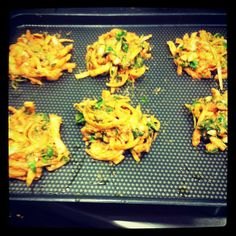 Onion and spinach bahjis. Raw Food Recipes, Healthy Recipes, Electric Foods, How To Eat Better, Healthy Food Choices, Food Design, Yum Yum, Spinach, Onion