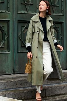 Green trench coat, white jeans, black sweater and black strap heels Casual Outfit Frauen, Trenchcoat Frauen Green Trench Coat, Trench Coat Outfit, Coat Dress, Khaki Trench Coat, Classic Trench Coat, Burberry Trench Coat, Look Fashion, Trendy Fashion, Street Style