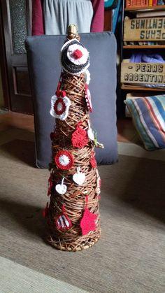 Questo è il mio Albero di Natale originale con decorazioni fatte a mano a uncinetto.