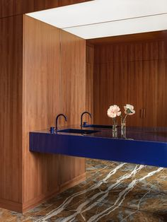 Office in New York is a minimalist office space located in New York, New York, designed by Halleroed Bathroom Interior Design, Home Interior, Interior Architecture, Bad Inspiration, Bathroom Inspiration, New York Office, Timber Panelling, Minimalist Office, Homemade Home Decor