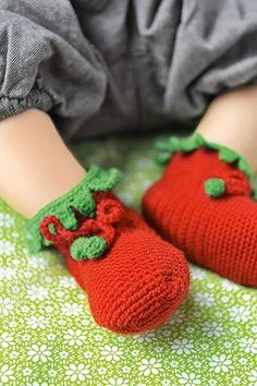 Babyschuhe häkeln. Kleine süße Erdbeerfüße
