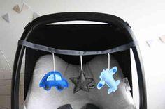 Leuk voor jou om naar te kijken en voor je kindje om mee te spelen! Met een rammeltje, kraakje en piep in de hangers.