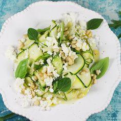 Niesamowicie pyszna i bardzo prosta do zrobienia sałatka z cukinii. To przepis na prawdziwą sałatkę z cukinią, ponieważ używasz cukinii surowej. Sałatka jest bardzo sezonowa i wyjątkowo pyszna. Polecam przepis. Cobb Salad, Risotto, Zucchini, Menu, Favorite Recipes, Healthy Recipes, Vegan, Vegetables, Cooking