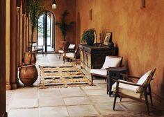 Elementos decorativos -Alfombras -Plantas -Sillas -Pared -Suelos barro -Mueble decorativo