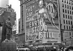 New York City: The Day the Earth Stood Still at Times Square, September Photo - Peter Jingeleski Vintage Movie Theater, Vintage Movies, Life In The 1950s, Vintage Robots, New York City Photos, Black And White City, New York Life, City Scene, New York City