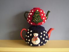 This festive tea cosy has a snowman on one side, a Christmas tree on the other and snowballs all over. The pattern includes instructions for a small cosy to fit a three cup teapot and a larger one for a six cup pot. Christmas Yarn, Christmas Tree Design, Christmas Snowman, Christmas Crafts, Cheap Christmas, Christmas Mood, Christmas Stuff, Tea Cosy Knitting Pattern, Tea Cosy Pattern