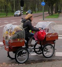 Bravo! Fully packed SuperMum delivering precious cargo (her children) to school. (by Pays-Bas Cycle Chic, via Flickr) <> (bikes, bicycles, cycling, quadricycle, on-the-go, transportation)