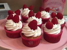 Eleganti #cupcakes ai #lamponi con cuore di morbida #marmellata, per #colazioni e #merende, #senzaglutine http://blog.giallozafferano.it/casadolcecasaconemma/cupcake-ai-lamponi/