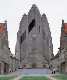 Des premières structures primitives aux œuvres de Mies van der Rohe, Alvar Aalto, Frank Lloyd Wright… voici les plus belles prouesses architecturales composées de brique. Grundtvig's Church, Copenhagen, Denmark, 1927, Peder Vilhelm Jensen-Klint.