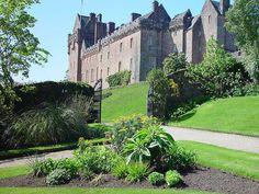 Castelo de Brodick, Escócia, Situado na Ilha de Arran, na Escócia, esse castelo é um dos mais antigos. Suas raízes remontam ao tempo dos vikings e foi, na verdade, construído como uma proteção contra eles. Foi para os duques ingleses de Hamilton que a fortaleza foi construída, e ao longo dos séculos, gerações da família viveram no castelo. Em 1957, o último herdeiro dos Hamilton abriu mão do castelo e agora os turistas podem visitá-lo.