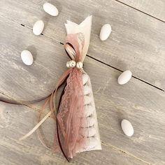 Μπομπονιέρα γάμου με κορδέλες και πέρλες! Wedding Candy, Wedding Gifts, Wedding Flavors, Diy And Crafts, Paper Crafts, Crafts Beautiful, Christmas Wedding, Holidays And Events, Wedding Planning