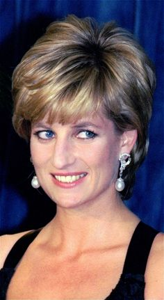 Princess Diana, Style Icon: See 20 Photos of the Natural Beauty A voluminous blowout gave Princess Diana some extra lift in December at the a gala in New York. Princess Diana Fashion, Princess Diana Pictures, Princess Diana Family, Princess Of Wales, Princess Diana Hairstyles, Short Hair With Layers, Short Hair Cuts, Short Hair Styles, Princesa Diana