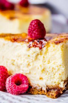 Cheesecake alla Crème Brûlée Occorrente: 120gr biscotti Digestive, 60gr burro,250gr mascarpone, 60gr zucchero, 200 ml panna, 1 bacca di vaniglia.10 tuorli, Procedimento: mettere i biscotti in un sacchetto per alimenti a chiusura ermetica e...