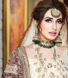 The Ultimate Guide to Indian & Pakistani Bridal Makeup Trends 2020 Pakistani Bridal Jewelry, Bridal Mehndi Dresses, Desi Wedding Dresses, Pakistani Wedding Outfits, Bridal Dress Design, Pakistani Dresses, Bridal Jewellery, Pakistani Bride Hairstyle, Bridal Dupatta