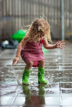 Green rain boots - - - Stomp that pavement with those haute couture green boots - that's the way to show whose the boss! I Love Rain, No Rain, Walking In The Rain, Singing In The Rain, Rainy Night, Rainy Days, Green Rain Boots, Green Wellies, Rain Go Away