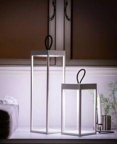 Lucerna er en serie oppladbare lanterner som imponerer med sin moderne design og energibesparende batteridrevne lysteknologi. Formelt ligner den en klassisk lykt, men den er utstyrt med et integrert Li-ion-batteri som sørger for at lampen kan være tent i 9 timer med 100% lysintensitet. Den har et berøringsbryter med dimmer og et dekorativt silikonhåndtak på toppen som gjør det enkelt å flytte den rundt.Lykten er uten synlige skruer og den har en IP-klassifisering på IP65 som passer det…