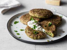 Knusprige Brokkoli-Parmesan-Taler mit Joghurt-Dip